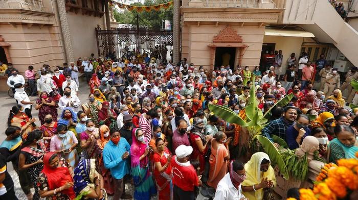 Sejumlah warga di India bersikeras menghadiri festival atau tradisi tahunan Rath Yatra ke-144 meski tengah dibayangi ancaman gelombang Covid-19 ketiga.