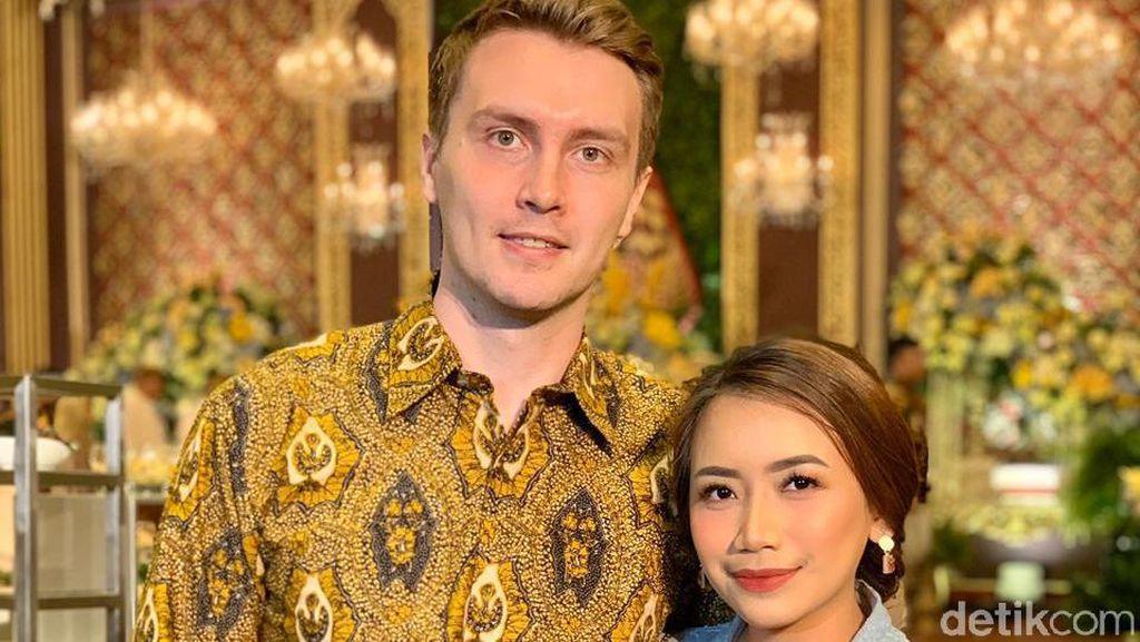 Wanita Indonesia Ajak Kekasih Bule Kondangan, Reaksi Sang Pacar Jadi Viral