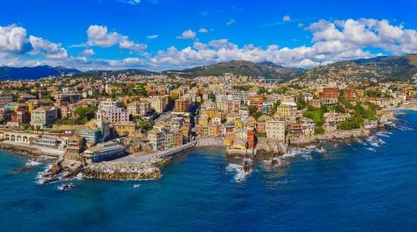 Genoa merupakan kota pelabuhan terbesar di Italia dan memiliki gedung-gedung tua yang klasik dan megah. Pelabuhan di sini bahkan menjadi pelabuhan penting di Mediterania pada abad ke-12 dan ke-13. (Getty Images/pawel.gaul)