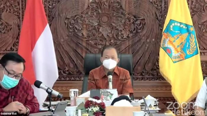 Gubernur Bali Wayan Koster saat mengajak kepala desa dan lurah meminum kopi campur arak biar sehat (Sui/detikcom).