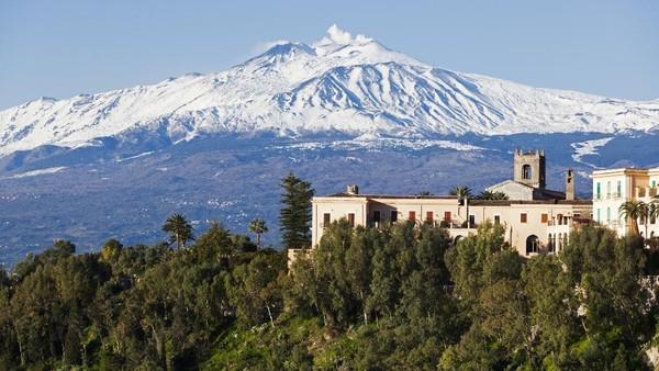Gunung Etna, yang merupakan gunung berapi terbesar di Eropa, dianggap sebagai tiang yang menopang langit. Orang dahulu percaya bahwa raksasa Tifone (Topan) tinggal di kawahnya dan menerangi langit dengan kembang api yang spektakuler. Pada ketinggian 3.326 meter, gunung itu bak menara di atas Pantai Ionia di Sisilia. (Getty Images/iStockphoto/labsas)
