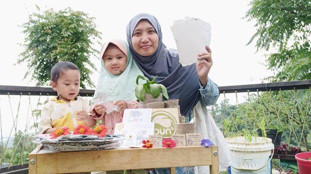 Ibu Rumah Tangga Bisnis Kertas Daur Ulang, Bisa Ditanam Lho