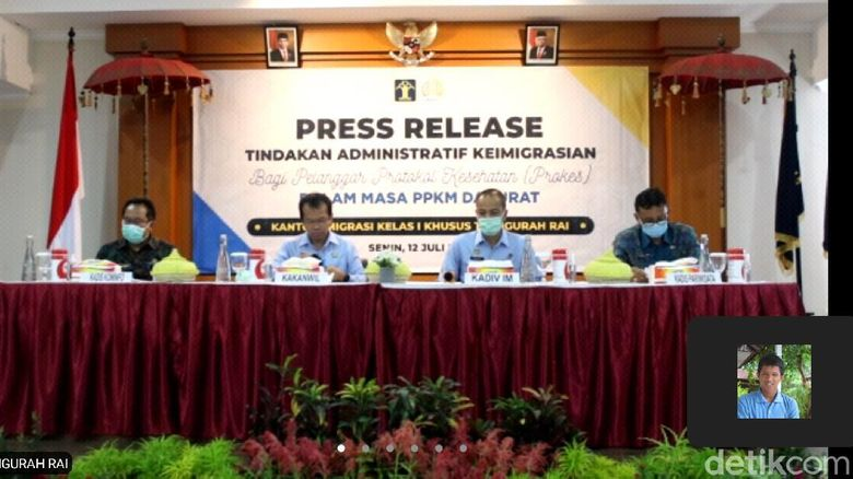 Kantor Imigrasi Kelas I Khusus TPI Ngurah Rai, Bali menggelar konferensi pers 4 WNA dideportasi karena langgar prokes (Sui/detikcom).