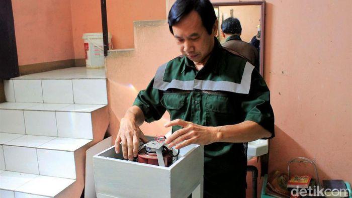 Simon Yudistra Sanjaya (57) menciptakan produk untuk mengendalikan penyebaran COVID-19. Salah satunya adalah alat pemurni udara anti virus dan baju vitamin D.
