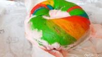 Sarapan Nikmat Pakai Bagel Pelangi Isi Krim Stroberi yang Asam Segar