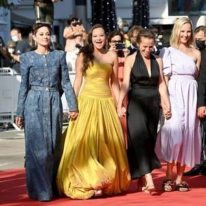 Cantiknya Melati Wijsen di Red Carpet Cannes, Digandeng Marion Cotillard