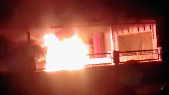 mobil kepala desa di Bondowoso terbakar