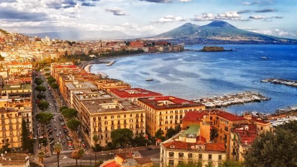 Napoli masih menjadi menjaga tradisi di kehidupan sehari-hari. Kuliner di Napoli juga istimewa selain bangunan klasik dan view yang menawan. (Getty Images/iStockphoto/EnkiPhoto)