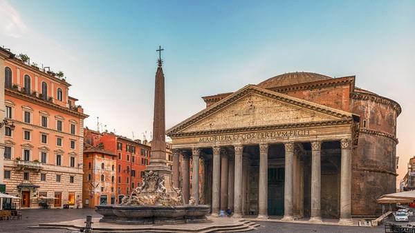 Pantheon menjadi bangunan ikonik di peninggalan zaman Romawi di pusat kota Roma. Pantheon merupakan satu dari sedikit bangunan dari Roma kuno yang tetap utuh sepenuhnya. Bangunan ini berfungsi sebagai gereja katolik Roma sejak abad ketujuh. Dulunya merupakan kuil untuk memuja dewa Romawi. (Getty Images/minemero)