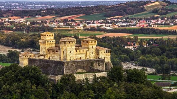 Parma sebagai kota terbesar di Italia utara memiliki bangunan sejaraah yang masih terjaga dan bentang alam yang menawan. (Getty Images/PhotoFra)