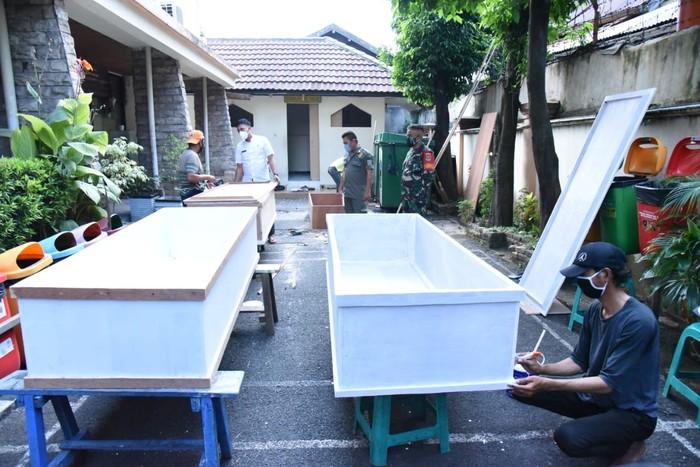 PT Pertamina Drilling Services Indonesia (PDSI) ikut bergerak memberikan bantuan dalam merespons kondisi pandemi terkini. Perusahaan yang termasuk dalam Subholding Upstream Pertamina ini menyediakan peti bagi jenazah pasien COVID-19 di wilayah Kecamatan Matraman.