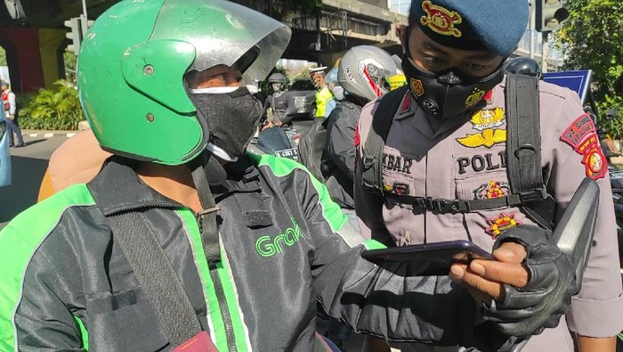 Pengendara ojek online (ojol) di penyekatan PPKM Darurat di Simpang Fatmawati.