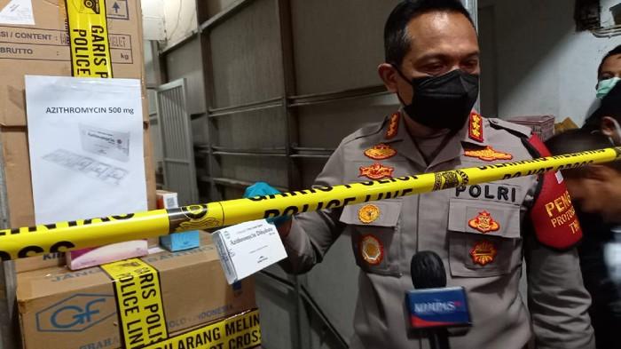 Polisi gerebek gudang penimbun obat azithromycin di Jakarta Barat, Senin (12/7/2021).