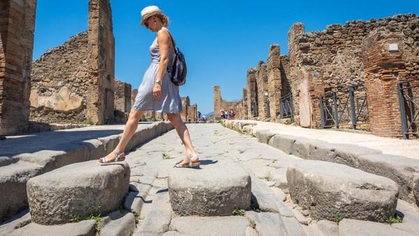 Pompeii menjadi kota yang hilang setelah diterang letusan hebat Gunung Vesuvius. Kota ini dikaitkan dengan gaya hidup bebas bahkan dijuluki sebagai kota maksiat. (Getty Images/Eloi_Omella)