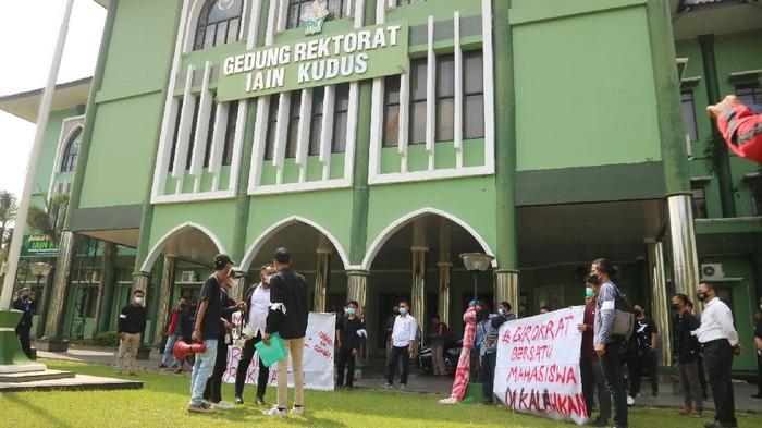 Puluhan mahasiswa IAIN Kudus, Jawa Tengah menggelar aksi demo menuntut potongan UKT 25 persen tanpa syarat.