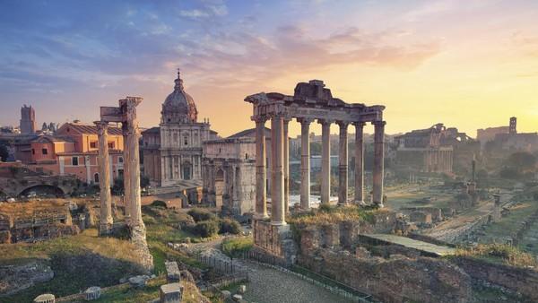Roman Forum berada di lembah kecil antara Palatine dan Capitoline Hills. Roman Forum merupakan pusat politik, hukum, dan agama kekisaran Romawi. (Getty Images/iStockphoto/RudyBalasko)