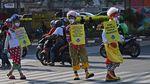 Saat Badut Ajak Warga di Jakarta Pakai Masker
