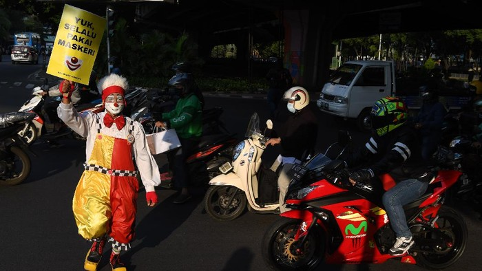 Indonesia masih terus berkutat menanggulangi pandemi COVID-19. Komunitas Aku Badut Indonesia (ABI) ikut turun ke jalan guna mensosialisasikan penggunaan masker.