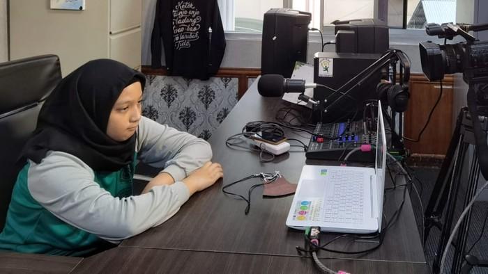 Salah satu siswi mengikuti MPLS daring di Riau (Raja-detikcom)