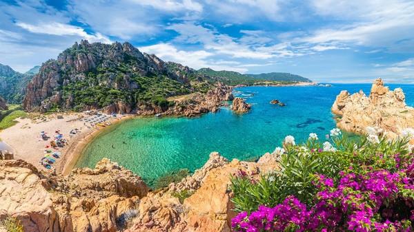 Sardinia terletak di antara Italia, Spanyol dan Tunisia. Pulau ini merupakan regioni otonomi Italia, dengan Cagliari sebagai ibu kotanya. Sardinia memiliki pantai-pantai eksotis dengan paisr putih nan lembut. (Getty Images/iStockphoto/Balate Dorin)