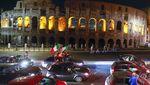 Semarak Fans Italia Pesta di Depan Colosseum