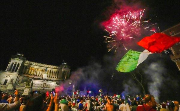Selain itu tampak pula kembang api ditembakkan ke udara serta alunan musik yang diputar dalam perayaan tersebut. Bertepatan dengan musim panas, mereka merayakan kemenangan ini bak liburan. Foto: AP Photo