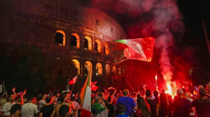 Italia berhasil menjadi juara Euro 2020. Pendukungnya pun tumpah ruang dan berpesta di depan Colosseum di Roma, Italia.