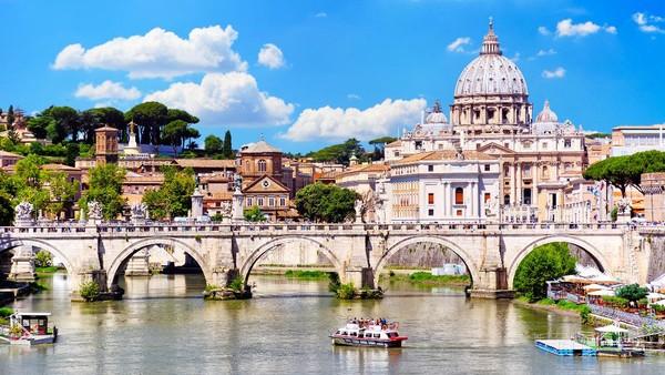 St Peter Basilica di San Pietro merupakan gereja yang berasal dari zaman kaisar Konstantin. Salah satu bagian paling mengesankan dari Basilika adalah bentuk dom dan ukurannya dengan tinggi 136 meter dan lebar 186x123 meter. (Getty Images/alxpin)