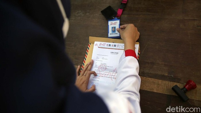Kini pengguna KRL wajib membawa Surat Tanda Registrasi Pekerja (STRP). Di Stasiun Bekasi, syarat itu telah diberlakukan.