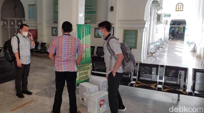 Tim KPK saat melimpahkan berkas perkara kasus suap Nurdin Abdullah ke PN Makassar. (Hermawan/detikcom)