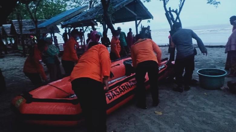 Tim SAR mencari orang hilang di Pantai Batu Gong, Konawe, Sultra.