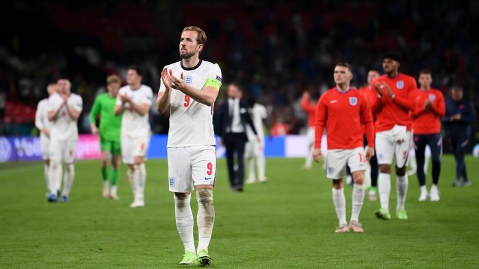 LONDON, ENGLAND - JULY 11: Harry Kane of England applauds the fans following defeat in the UEFA Euro 2020 Championship Final between Italy and England at Wembley Stadium on July 11, 2021 in London, England. (Photo by Laurence Griffiths/Getty Images)