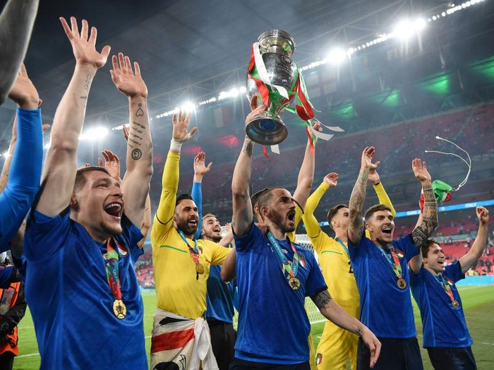 LONDON, ENGLAND - JULY 11: Leonardo Bonucci of Italy lifts The Henri Delaunay Trophy following his teams victory in the UEFA Euro 2020 Championship Final between Italy and England at Wembley Stadium on July 11, 2021 in London, England. (Photo by Andy Rain - Pool/Getty Images)