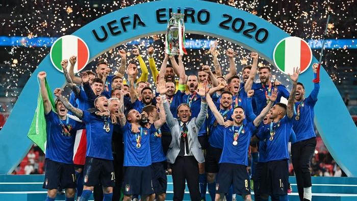 LONDON, ENGLAND - JULY 11: Giorgio Chiellini, Captain of Italy lifts The Henri Delaunay Trophy following his team's victory in the UEFA Euro 2020 Championship Final between Italy and England at Wembley Stadium on July 11, 2021 in London, England. (Photo by Michael Regan/UEFA via Getty Images)