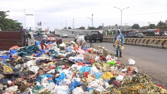 Tumpukan sampah di Jalan Soekarno-Hatta baru-baru ini (Raja Adil/detikcom)