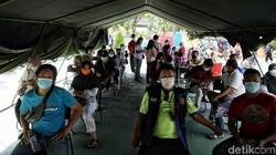 Program vaksinasi COVID-19 massal masih terus digencarkan di Indonesia. Tak hanya sasar orang dewasa, vaksinasi COVID-19 juga sasar anak usia 12 hingga 17 tahun