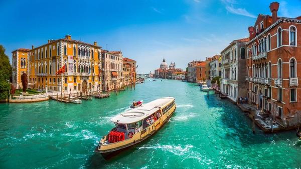 Venesia spesial sebagai kota di atas air. Kota ini dijuluki Queen of Adriatic dengan kejayaan maritim di masa lalu. Tiap titik di Venesia dihubungkan dengan kanal, so perahu menjadi alat transportasi utama di sini (Getty Images/iStockphoto/bluejayphoto)
