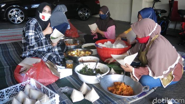 Warga Sidoarjo mendirikan dapur umum. Di dapur itu, mereka menyiapkan makanan untuk dibagikan ke warga yang menjalani isolasi mandiri (isoman).