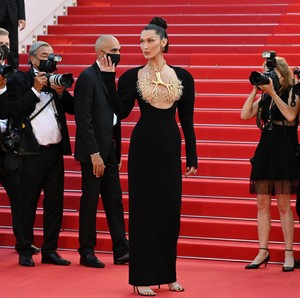 7 Gaya Seksi Bella Hadid Pakai Kalung Paru-paru, Curi Atensi di Cannes