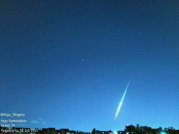 Cahaya hijau diduga meteor jatuh di langit Yogyakarta, Senin (12/7/2021) malam.