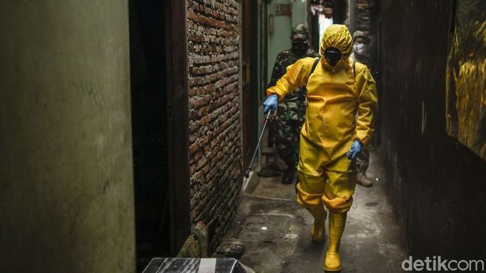 Lonjakan kasus COVID-19 di Jakarta masih tinggi. Penyemprotan disinfektan kini menyasar rumah warga yang positif Corona.
