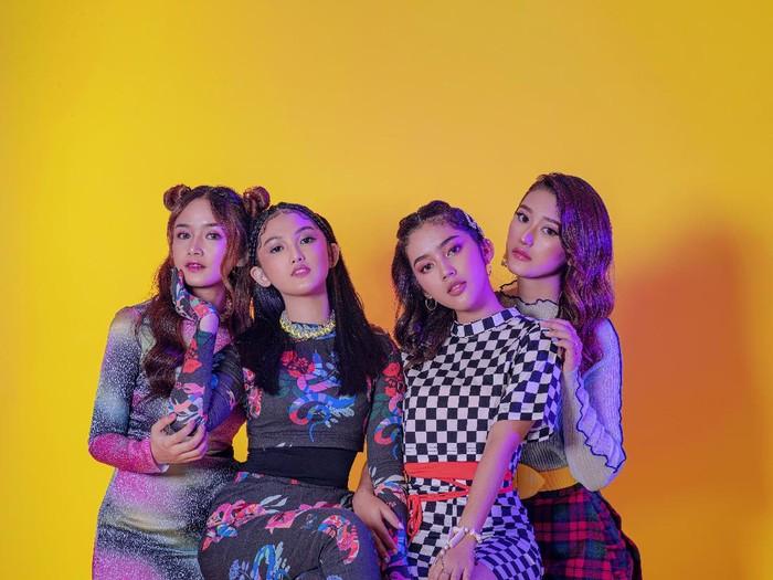 Girls Girls terdiri dari Amanda Caesa, Aisyah Aqilah, Chintya Gabriella dan Fay Nabila.