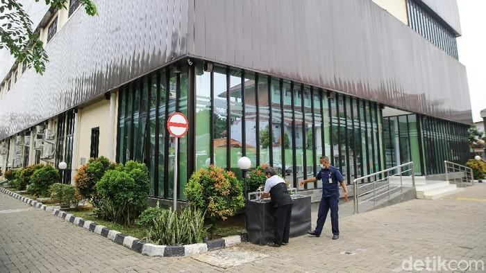 Pemprov DKI Jakarta menyiapkan GOR Matraman sebagai tempat isolasi pasien COVID-19. GOR itu mampu menampung hingga 50 pasien.