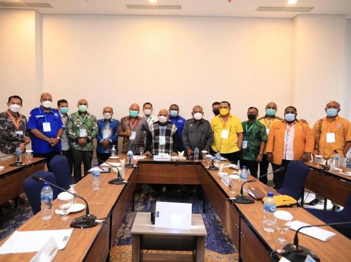 Gubernur Papua, Lukas Enembe, telah kembali ke Tanah Air usai menjalani pengobatan di Singapura. Lukas Enembe langsung rapat bersama 8 parpol koalisi. (Situs Pemprov Papua)