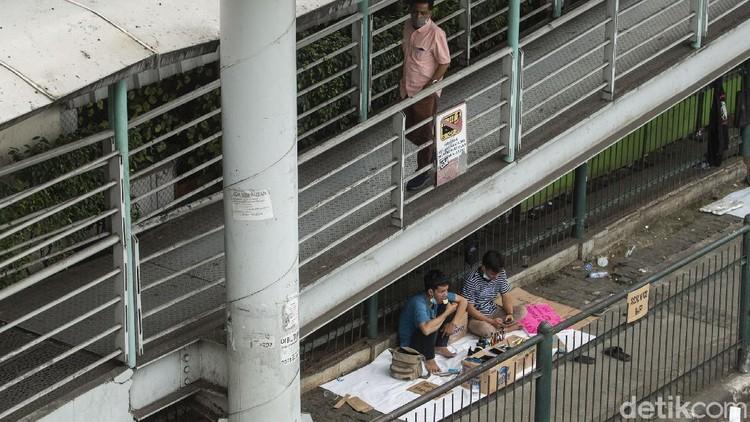 Mall PGC Cililitan, Jakarta, ditutup imbas penerapakn PPKM Darurat. Hasilnya, para penyedia jasa servis HP sampai turun ke jalan.