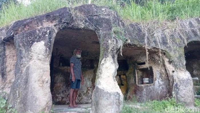 Kakek Hais di Sulut sulap gua jadi rumah.