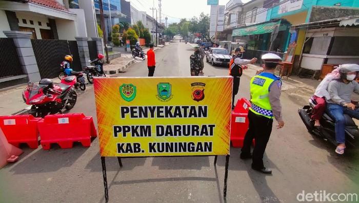 Jalanan di Kabupaten Kuningan, Jawa Barat sepi pada hari ke tiga belas diberlakukannya PPKM darurat atau Selasa (13/7/2021).