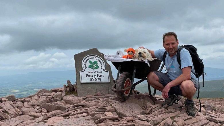 Mengharukan, Pendaki Bawa Anjing Naik Gunung Favorit Sebelum Mati