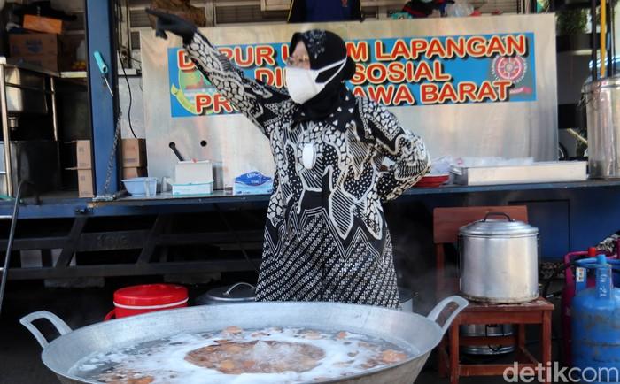 TAG : birojabar  Mensos Tri Rismaharini mendapati dapur umum di Balai Wyata Guna, Kota Bandung, kekurangan kompor gas. Risma pun bergegas naik mobil untuk mencari kompor tambahan