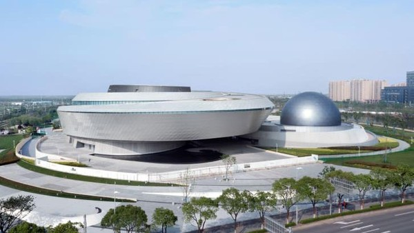 Museum Shanghai ini dirancang tanpa garis lurus atau sudut siku-siku. Di dalamnya terdapat pameran, planetarium, observatorium dan teleskop surya Ennead Architects)